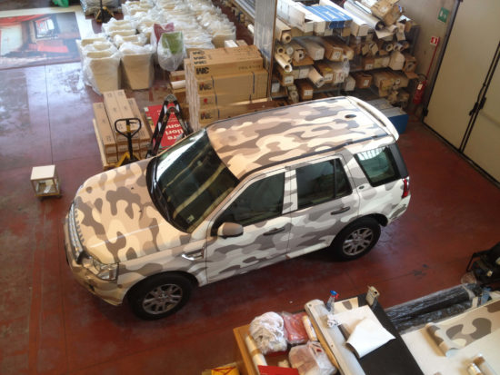 car wrapping di auto o furgoni.